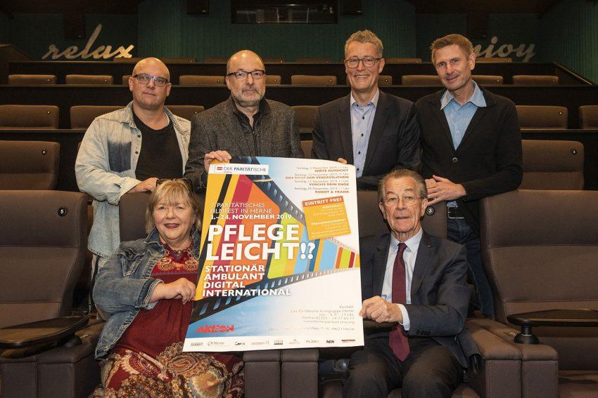vorne: Susanne Schübel (Paritätische), Franz Müntefering (BAGSO-Chef), hinten v.l. Markus Köther (Filmwelt), Frank Köhler, Rochus Wellenbrock und Oliver Becker (alle Der Paritätische).