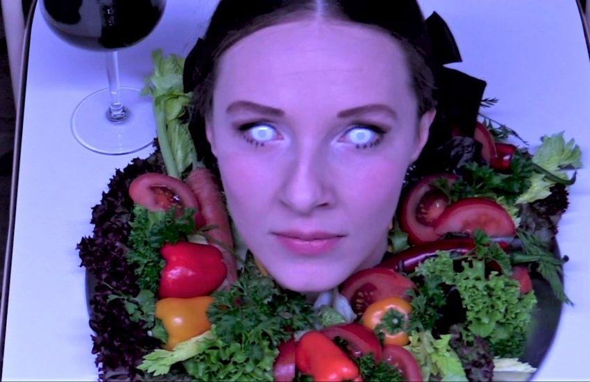 """Als wärs eine Szene aus """"Das große Fressen"""": Wendy Krikken."""