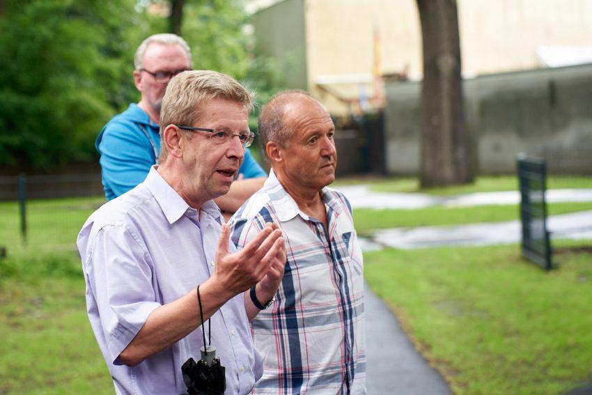 v.l. Heinrich Hendricks, der Vorsitzende der Verkehrswacht, und Reinhard Dembowy, Geschäftsführer der VW Wanne-Eickel.