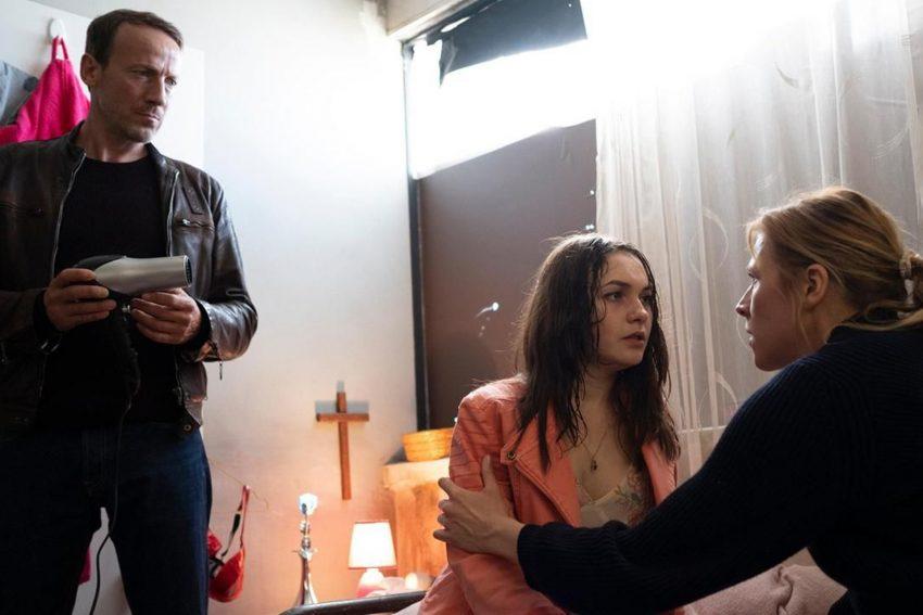 Julia Grosz (r.) ist angesichts von Prostitution und modernem Menschenhandel jede Nostalgie vergangen. Was ist Voica (Emma Drogunova) zugestoßen?