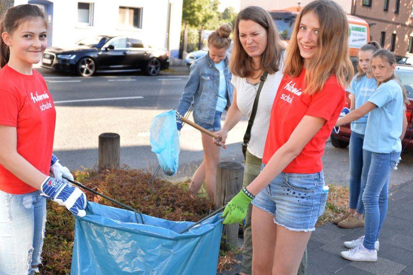 """Motiviert durch die Plakataktion """"Herne blitzblank"""" machen sich Schüler der Hiberniaschule daran, das Umfeld ihrer Schule vom Müll zu befreien. Unterstützung erhielten sie von Oberbürgermeister Dr. Dudda."""