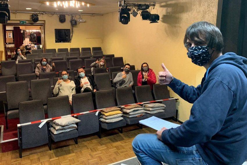 Daniel Steinbach mit Mitgliedern des kleinen theaters herne bei einem Vorbereitungstreffen im Saal des Theaters.