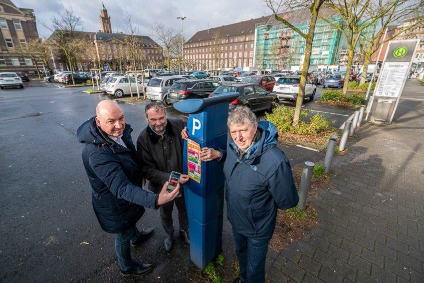 Ab sofort kann in Herne die Parkgebühr per App geregelt werden. Dr. Joachim Wahle, Dezernent Karlheinz Friedrichs und Fachbereichsleiter Josef Becker.