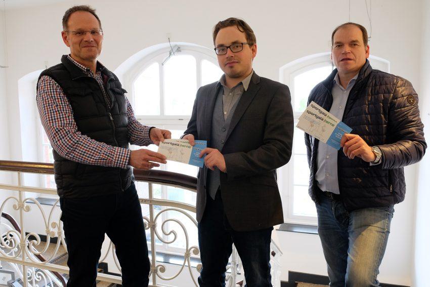 v.l. Frank Rettig mit den Kartengewinnern Lukas Giese und Carsten Kordes.