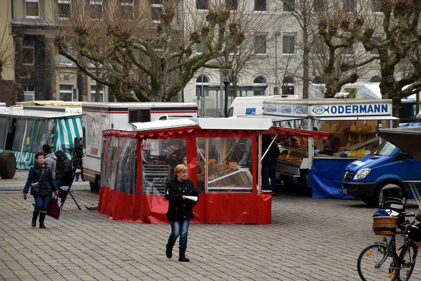 Wochenmarkt vor dem Herner Rathaus.