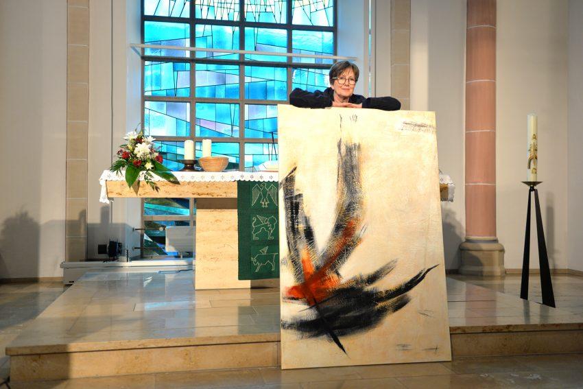 Kunstprojekt - Glaube, Liebe, Hoffnung, diese drei und das eine Kreuz. Stichwort: Liebe. Ausstellung in der Ev. Johanneskirche Eickel. im Bild: Edelgard Sprengel mit ihrem Werk: Ich fang die auf...