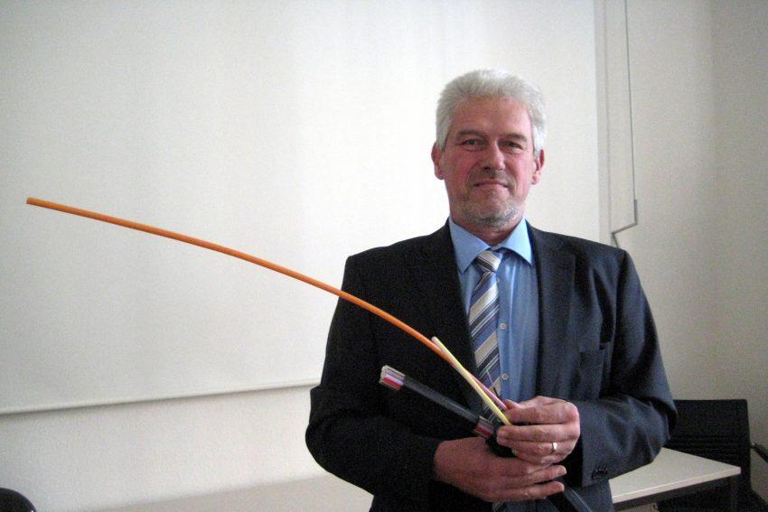 Michael Pletsch mit neuem Glasfaserkabel.