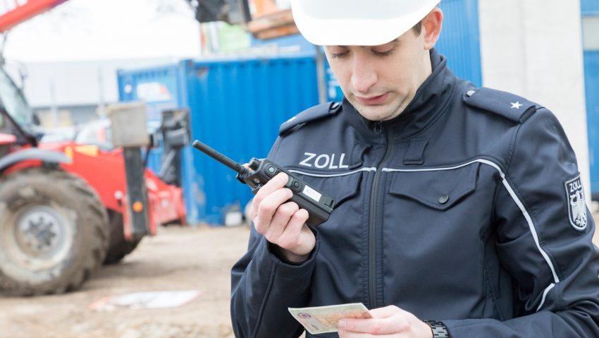 Der Zoll bei einer Baustellenkontrolle (Symbolbild).