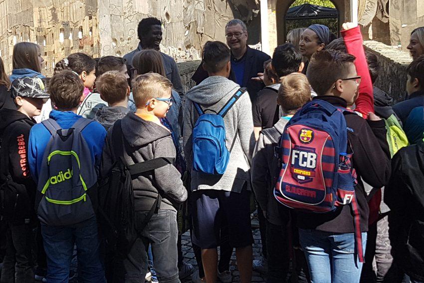 Schulklasse besucht das verhüllte Schloss.