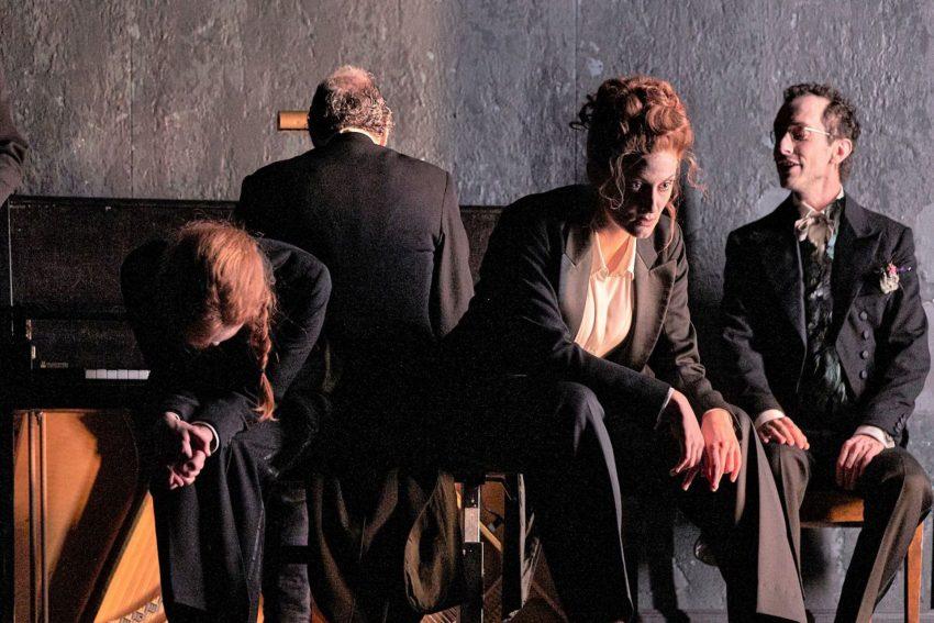 """""""Die Toten"""" nach der gleichnamigen Erzählung von James Joyce wird in einer Inszenierung Barbara Freys in Deutscher Erstaufführung vom 1. bis 5. September 2021 in der Jahrhunderthalle Bochum gezeigt."""
