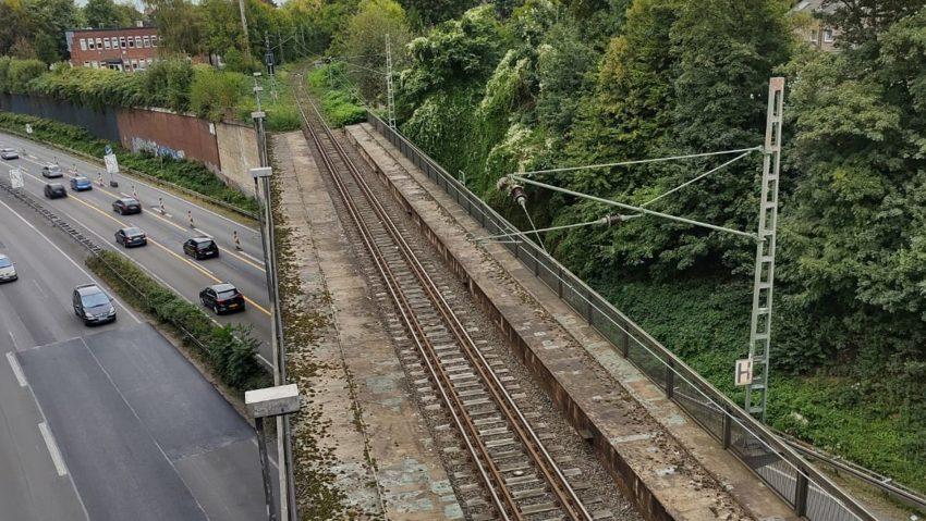 In die Jahre gekommen ist der nicht zugängliche alte Bahnsteig des ehemaligen Haltepunktes Herne-Rottbruch. Doch das alte Schild ist noch sichtbar. Der Bahnsteig liegt jedoch am falschen Gleis und ist so nicht für die neue Linie nutzbar.