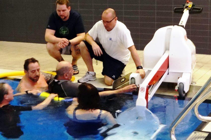 Per Lift ins Becken: Dimitri Willmann (Mitte), Fachangestellter für Bäderbetrieb im Wananas, gibt Hilfestellung. Der Verein Herner Grauwale ermöglicht behinderten Menschen das Tauchen.