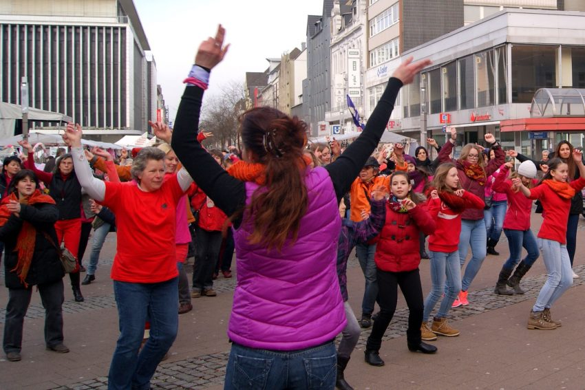 Tanzend gegen Gewalt gegen Frauen.