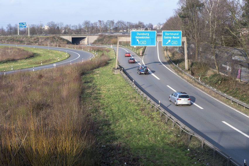 Das Autobahnkreuz der BAB 42 mit der BAB 43 in Herne (NW), am Samstag (27.01.2018). Aufgenommen von der Cranger Straße mit Blick in nördliche Richtung mit der Spange (im Bild rechts) zur BAB 42 in die Fahrtrichtungen Duisburg und Dortmund.