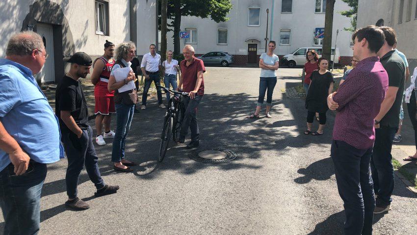 Zahlreiche Bürger und viele Mitglieder der CDU-Fraktion und der Bezirksvertretung Sodingen beim Informationsaustausch an der Uhlandstraße.
