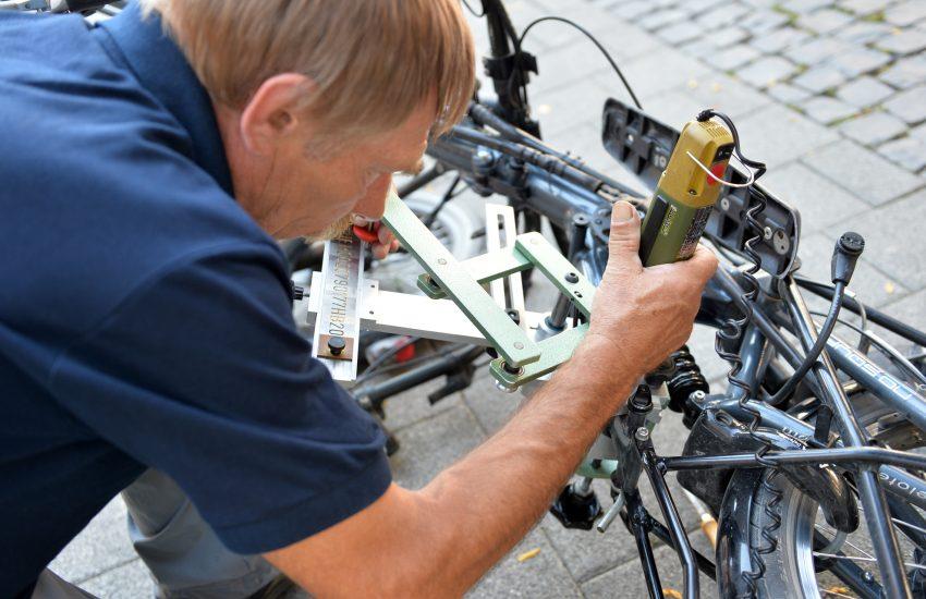 Fahrrad-Codier-Aktion des ADFC auf der Bahnhofstraße. im Bild: Klaus Steinhaus.