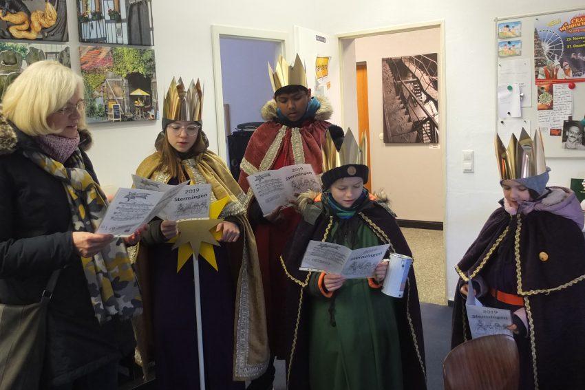 Sternträgerin Sophia (12), Caspar Ricardo (14), Balthasar Eric (8), und Melchior Leonie (8) machten sich als Sternsinger auf den Weg.