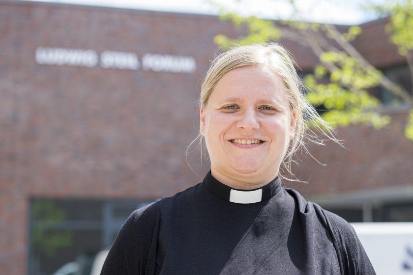 Die evangelische Pfarrerin Melanie Jansen vor dem Neubau des Ludwig Steil Forums am Europaplatz in Herne (NW), am Mittwoch (29.07.2020).