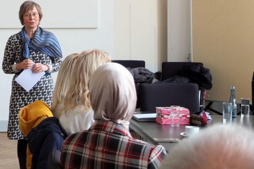 Demenzbegeitende bekommen ihre Zertifikate überreicht. im Bild: Silke Mattelé.