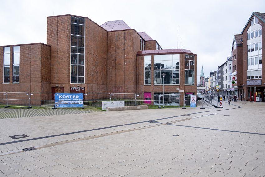 Startschuss für den Abbruch des früheren Adler Modemarktes an der Bahnhofstraße in Herne (NW), am Freitag (06.03.2020).