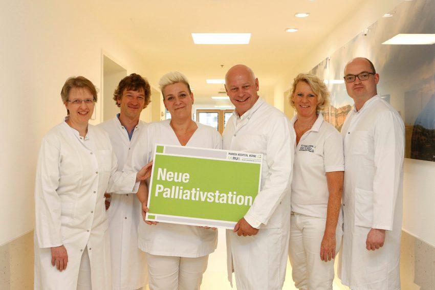 DasTeam rund um Dr. Axel Münker, Leitender Arzt der Abteilung für Schmerz- und Palliativmedizin (3. v. r.), arbeitet gemeinsam auf der neuen Palliativstation des Marien Hospital Herne.