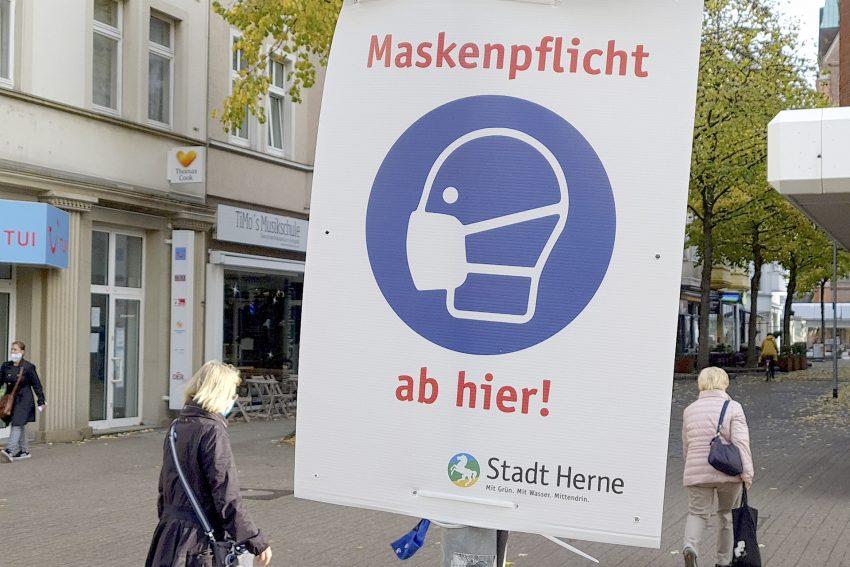 Auf die Maskenpflicht zur Corona-Prävention weisen in der Innenstadt von Herne (NW) Schilder an den Zugängen zur Fußgängerzone auf der Bahnhofstraße hin. Aufnahme vom Dienstag (27.10.2020).