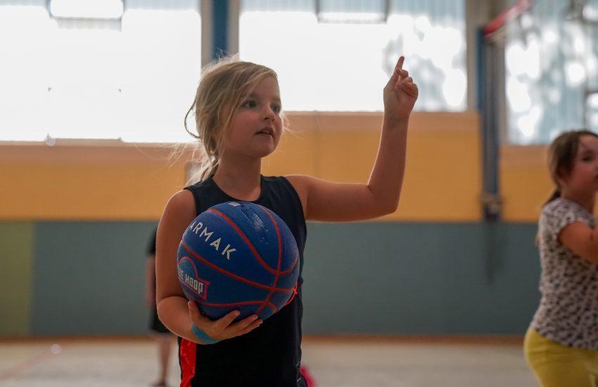Volle Konzentration beim Basketballspiel.