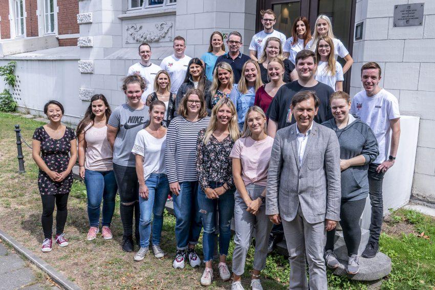 15 angehende Erzieherinnen und Erzieher begrüßte OB Dudda am Wanner Rathaus.