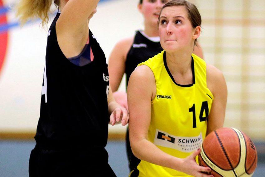 Anja Strozyk (mit Ball)