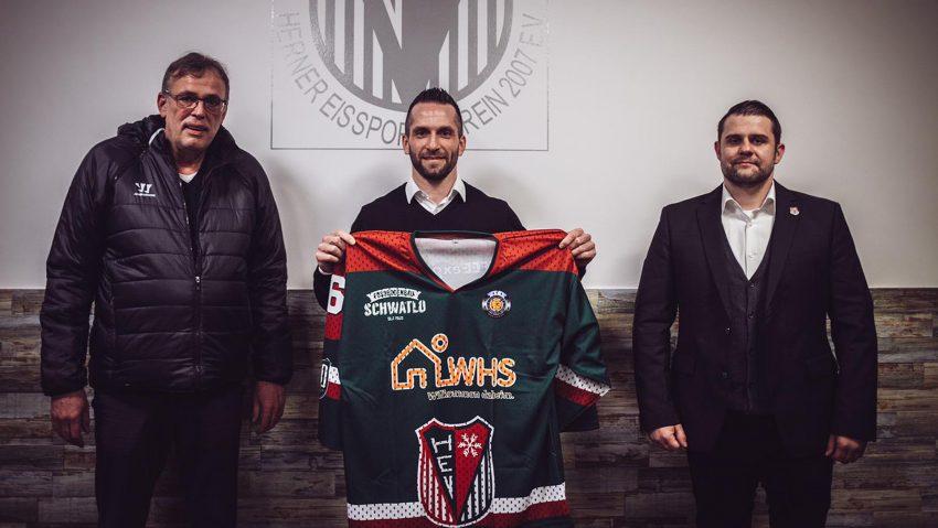 Freuen sich sehr über den Neuzugang: HEV-Geschäftsführer Jürgen Schubert (links) und Coach Danny Albrecht (rechts) mit dem neuen Stürmer Richie Mueller (Mitte).