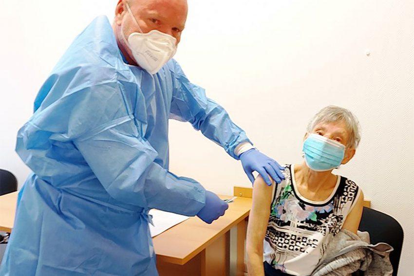Anton B. Preissig in seiner Praxis bei der ersten Coronaschutz-Impfung in seiner Praxis.