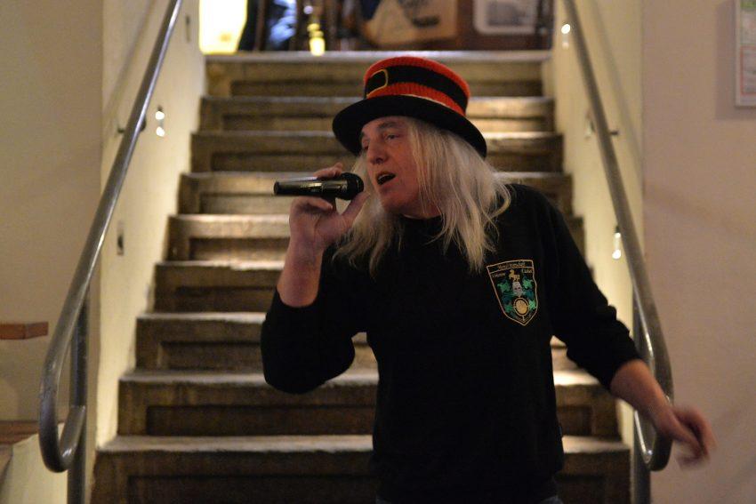 Weihnachtsfeier für 60 Heimkinder - und der Hotte singt dazu.