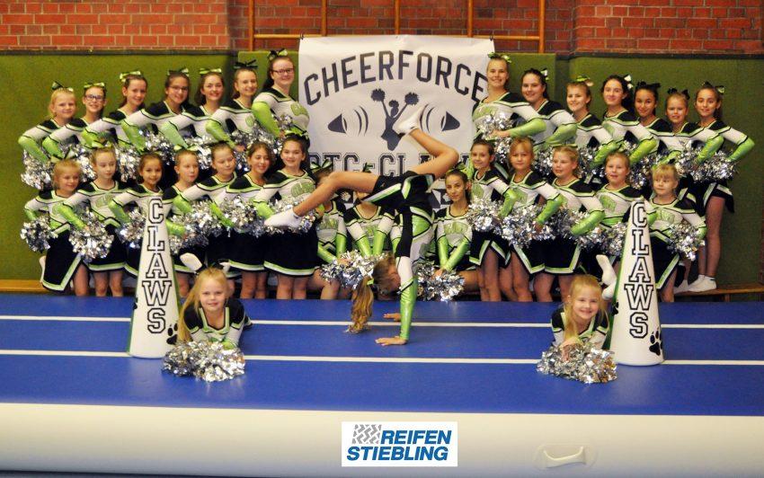 Die Cheerleader auf der neuen Turnbahn.