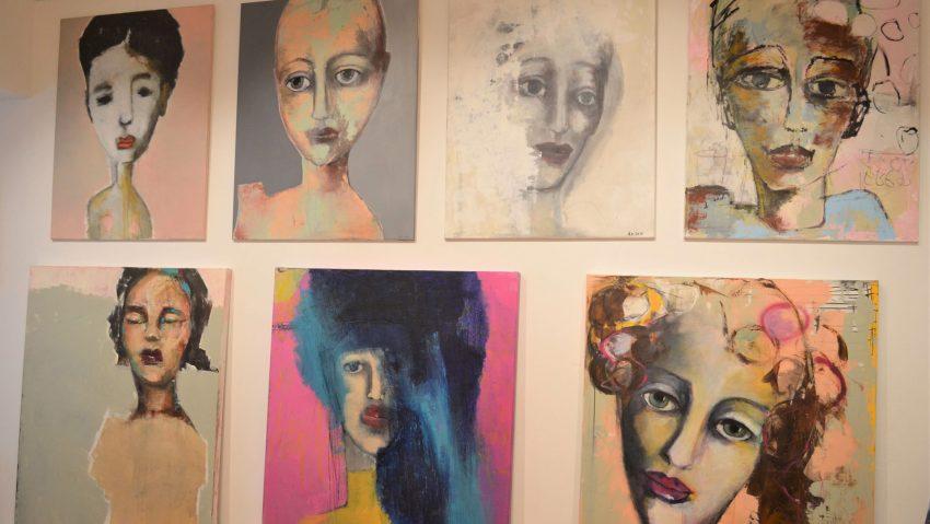 Großformatige weibliche Antlitze stehen im Mittelpunkt der ersten Atelierausstellung.