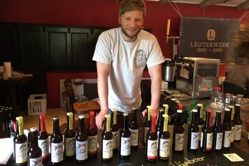 Bierbrauer Dennis Pfahl mit seinem Mücke-Bier.