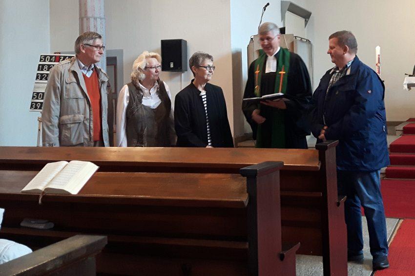 v. l. Heinz-Jürgen Steinbach, Kirchmeisterin Bärbel Steinbach, Christa Busch-Pinkal, Pfarrer Niels Nieborg, Thomas Spenner.
