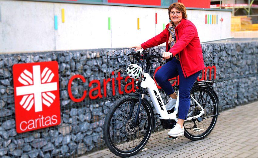 Martina Prause mit ihrem neuen E-Bike.