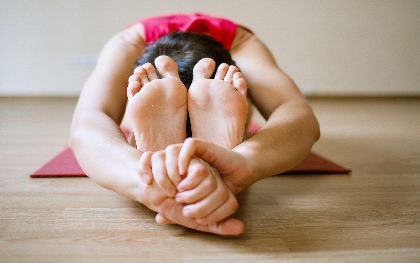 Das Training findet barfuß statt. Eine Yoga-Matte sollte mitgebracht werden.