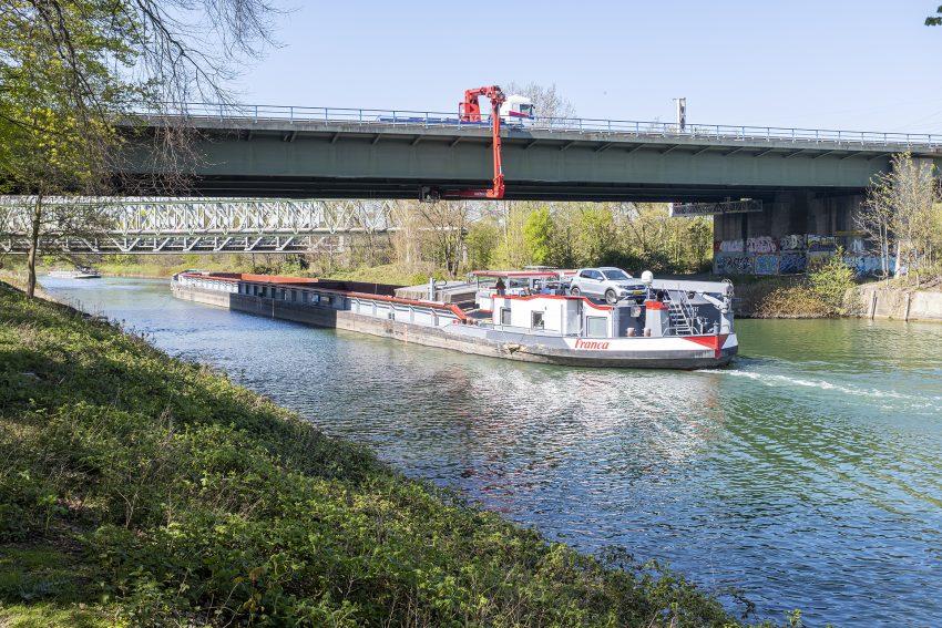 Hauptprüfung der Brücke der A43 über den Rhein-Herne-Kanal in Herne (NW), am Montag (26.04.2021). Sie wurde aufgrund der Schäden vorgezogen. Zudem werden an der Brücke Sensoren für die Belastungsprobe installiert, die voraussichtlich Mitte Mai stattfinden wird und Aufschluss darüber geben soll, welche Fahrzeuge vor dem Neubau die alte Brücke noch befahren dürfen. Die Autobahnbrücke ist durch den zunehmenden Schwerlastverkehr beschädigt worden und seit zwei Wochen für Kraftfahrzeuge über 3,5 Tonnen gesperrt.