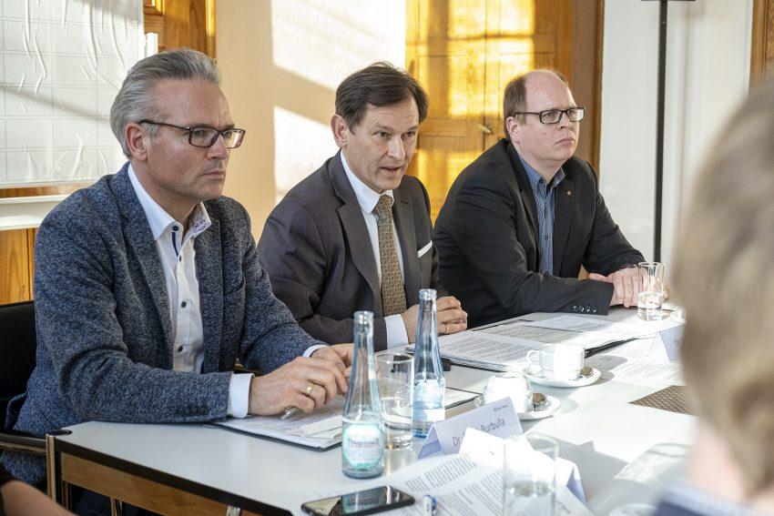Pressekonferenz im Rathaus in Herne (NW) über die aktuelle Sachlage bezüglich Covid-19, am Freitag (13.03.2020). Im Bild (v-l): Stadtrat Dr. Frank Burbulla, Oberbürgermeister Dr. Frank Dudda und Stadtrat Johannes Chudziak.