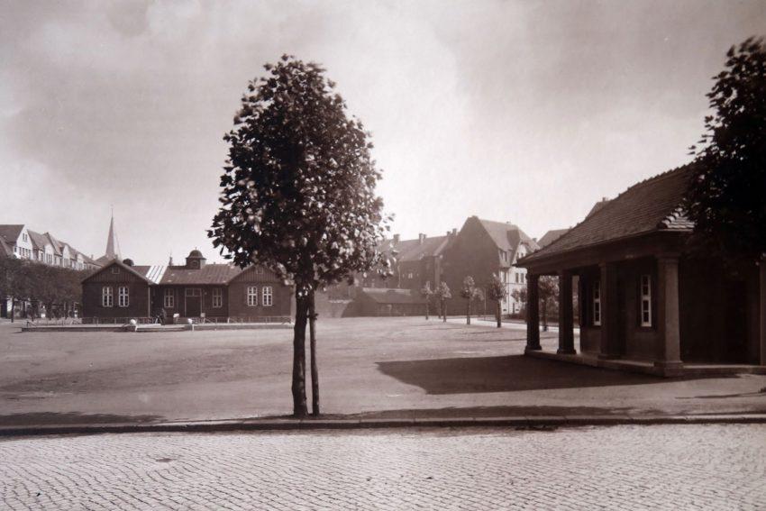 Der Marktplatz in Sodingen mit der historischen Bedürfnisanstalt/Warte- und Trinkhalle. Das Foto stammt aus dem Jahre 1927. Damals gab es den Bunker noch nicht.