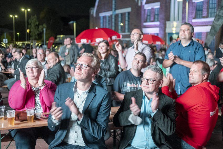 Kommunalwahlen mit Oberbürgermeisterwahl in Herne (NW), am Sonntag (13.09.2020). Im Bild: Wahlparty an den Flottmann-Hallen mit Hendrik Bollmann (2. v.l.i. und Lothar Przybyl (3. v.l.)