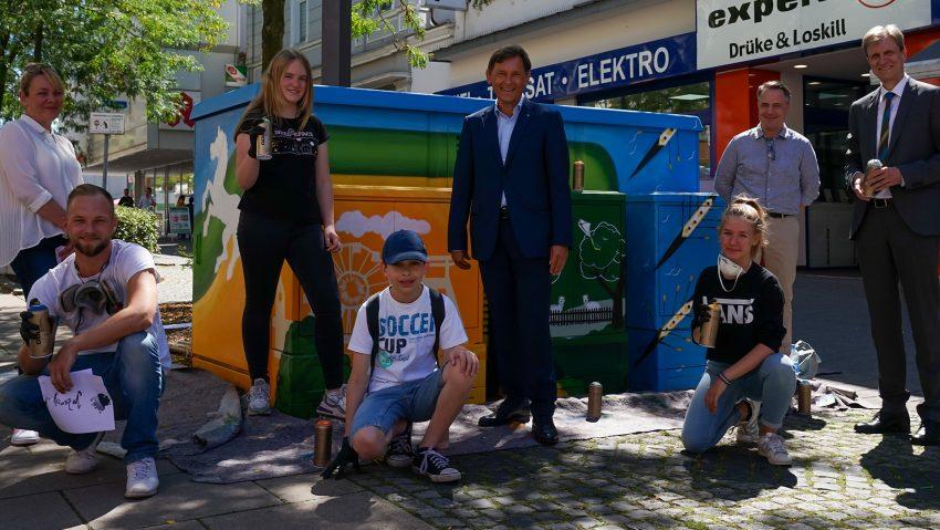 Graffiti Aktion an der Trafostation auf der Bahnhofstraße Höhe Kirchhofstraße mit Sylvia Steffan Jugendkunstschule, Patrick Sziedat, Lina, Jan, OB Frank Dudda, Johanna, Holger Wennrich Stadtmarketing und Ulrich Koch, Chef der Stadtwerke.