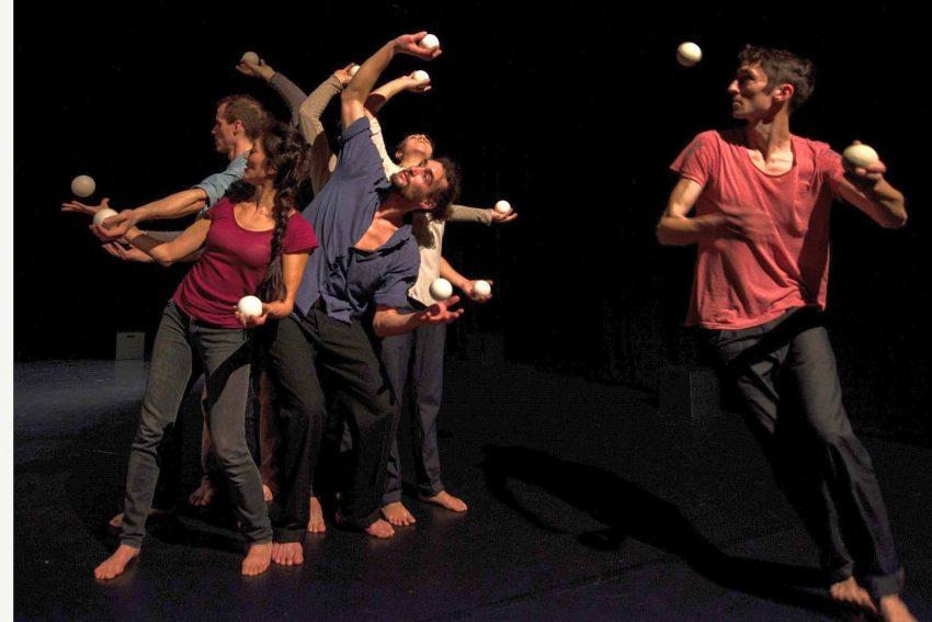 Jonglage-Ensemble - Critical Mess - 7 Menschen und 100 Bälle teilen sich eine Raumzeit.