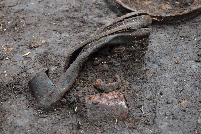 Diese Sonderausstellung zur Archäologie der Moderne im LWL-Archäologiemuseum beschäftigt sich mit Geschichten und Schicksalen, die anhand archäologischer Funde ablesbar werden. Hier ein Damenschuh in Fundlage bei Ausgrabungen zu NS-Verbrechen an Zwangsarbeitern im Sauerland 1945.