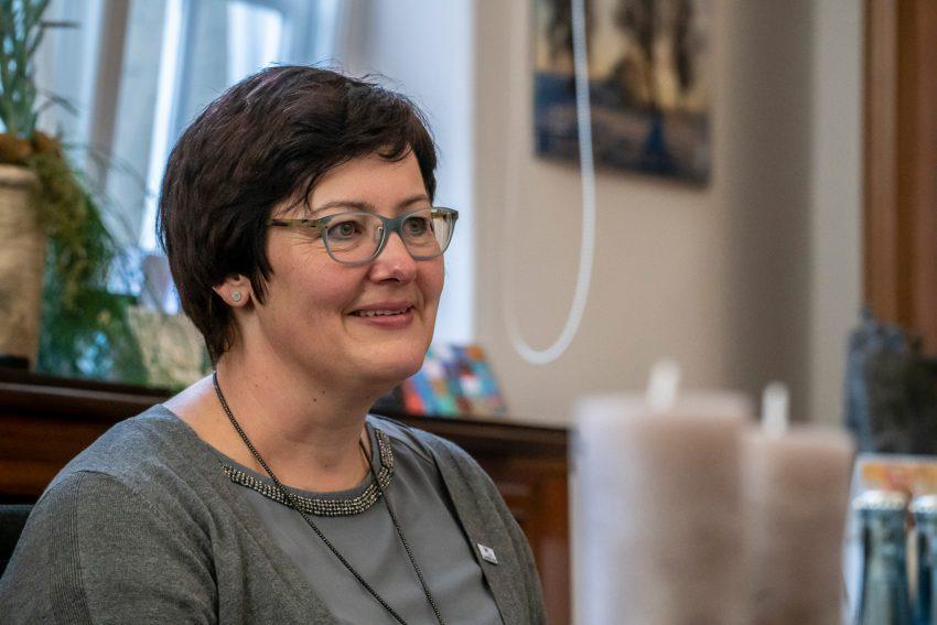 Schatzmeisterin Andrea Nolde vom Gelsenkirchener Verein Lavia, der sich um trauernde Kinder kümmert. Spendenübergabe der Crange-Bänder an den Verein Lavia, der sich um trauernde Kinder kümmert.