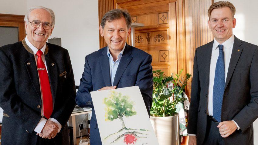 Geplante Corona-Linde, im Bild (v.li.) Initiator und Heimatforscher Gerd E. Schug, OB Dr. Frank Dudda und der Sodinger Bezirksbürgermeister Mathias Grunert.
