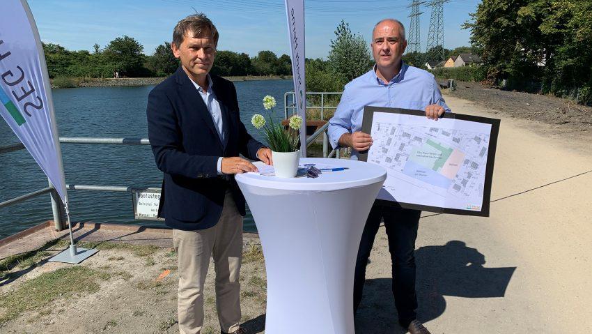 Projekt Wohnen am Wasser an der ehemaligen Dannekampschule vorgestellt, im Bild OB Dr. Dudda und Achim Wixforth, Chef der SEG