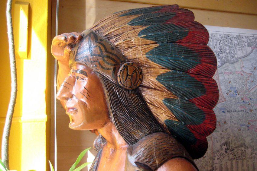 Der Indianer blickt aus dem Spielezentrum.