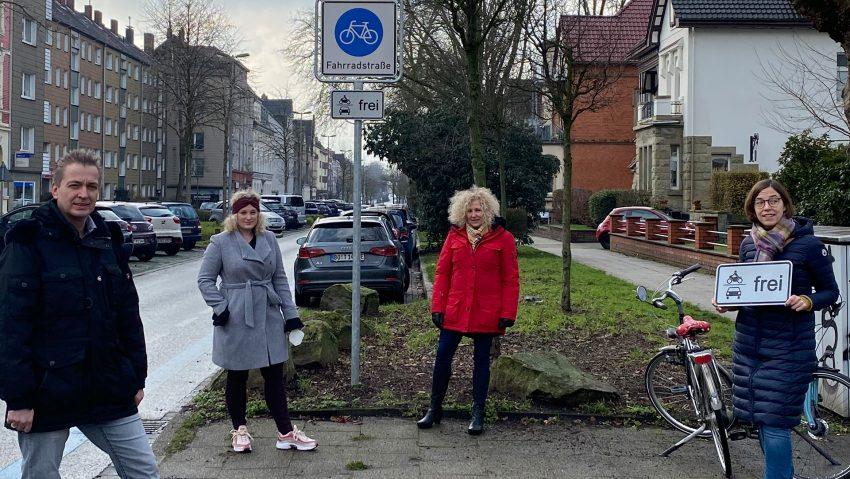 SPD-Politiker freuen sich über Zusatzbeschilderung an der Bochumer Straße, (v.li.) Kai Gera, Melissa Arnold, Gabriele Przybyl und Theres Boneberger.